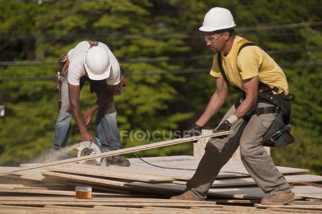Концентратори обрізали дошку для частинок на будівельному майданчику. — стокове фото