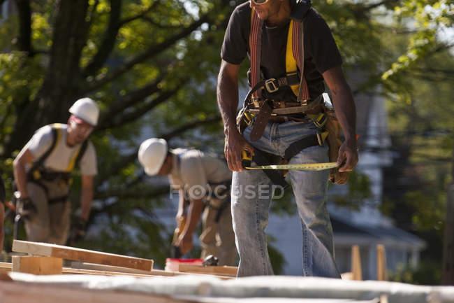 Міра теслярів на будівельному майданчику — стокове фото