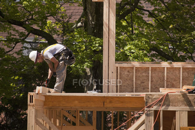Carpenter working at a building construction site — Stock Photo