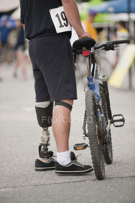 Man with prosthetic leg for a bike race — Stock Photo