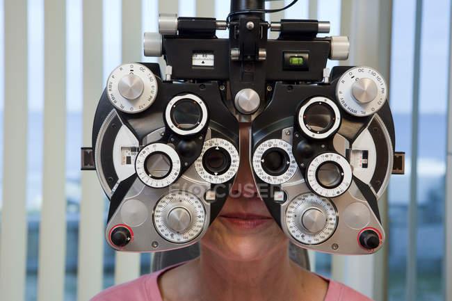 Женщина проходит осмотр глаз с фотоптером в клинике — стоковое фото