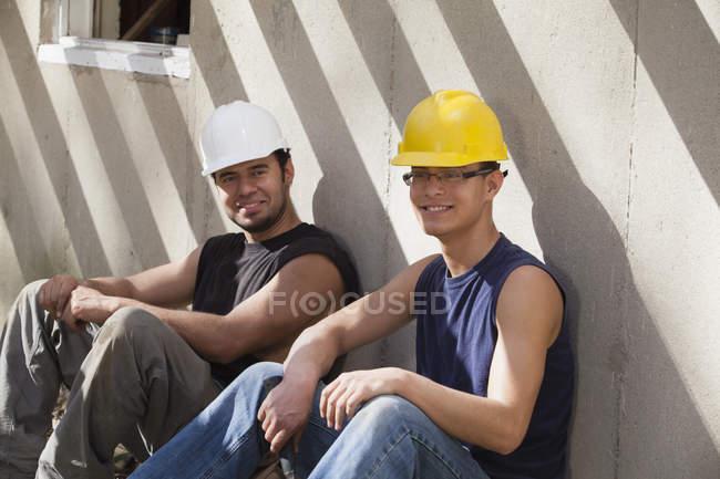 Іспанські теслярі відпочивають на будівельному майданчику. — стокове фото