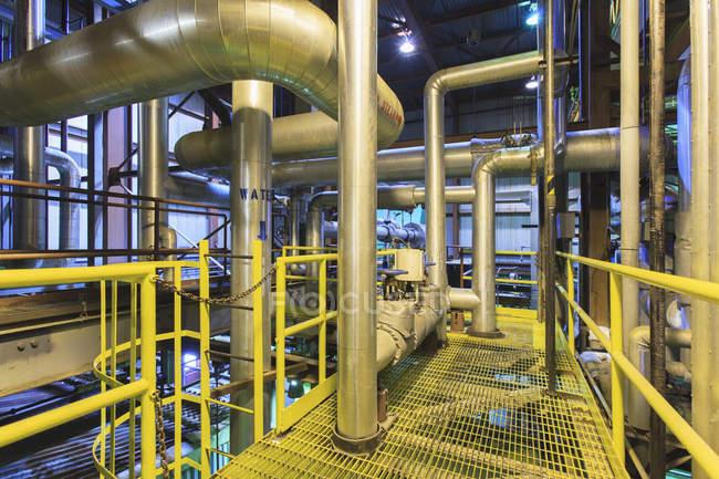 Kondensat- und Wassersammelkanäle im Kraftwerk — Stockfoto