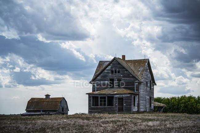 Vecchia fattoria sulle praterie; Saskatchewan, Canada — Foto stock