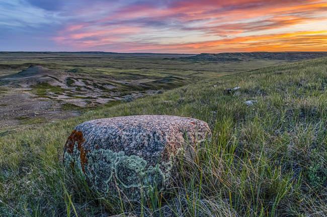 Обширный ландшафт, простирающийся до заката в Национальном парке Граслендс; Валь-Мари, Очеван, Канада — стоковое фото
