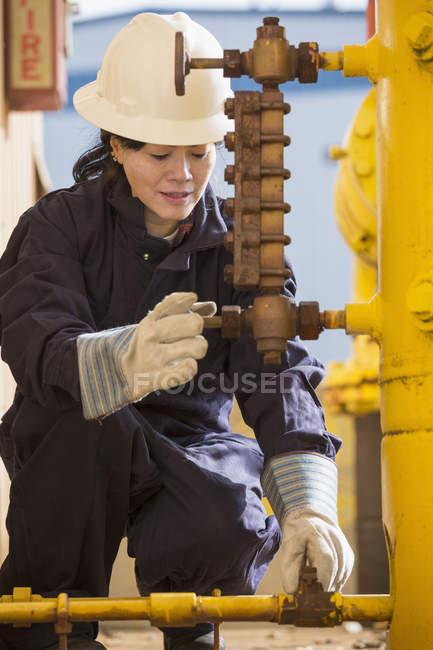 Жіночий Енергетик перевірка датчиків лінія палива на електростанції — стокове фото
