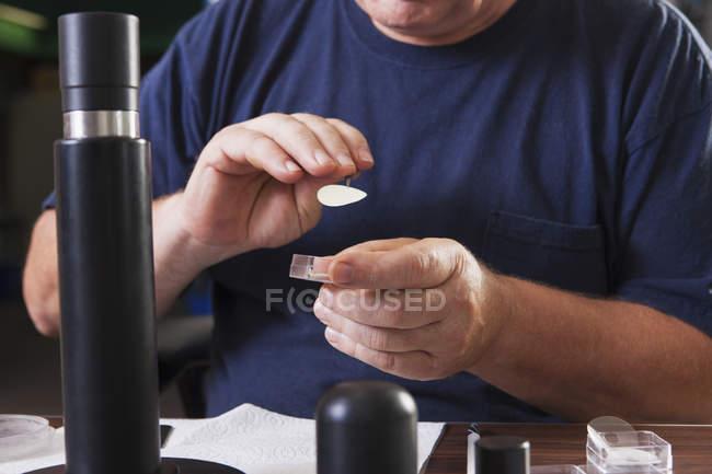 Ingeniero instalando nuevas membranas en una sonda electroquímica O2 en un laboratorio - foto de stock