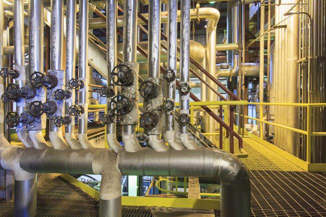 Robinets de commande pour débit de pression basse et intermédiaire à l'usine de turbines à gaz électriques — Photo de stock
