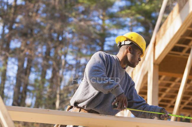 Столяр выкапывает редьки для строительства домов — стоковое фото