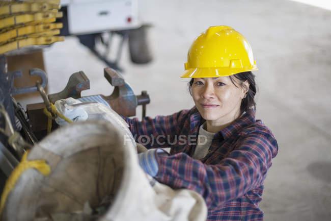 Ingeniera de potencia femenina trabajando en garaje de servicio - foto de stock