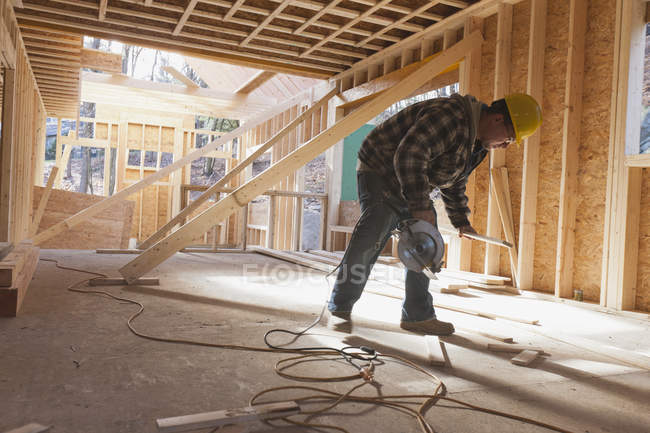 Carpenter using a circular saw — Stock Photo