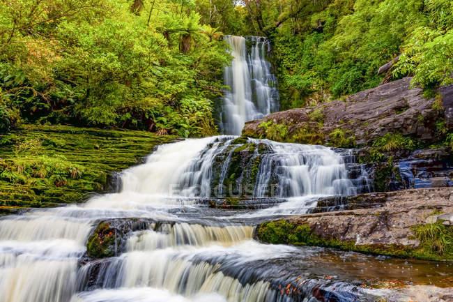 Vista panorâmica de McLean Falls, Catlins Forest Park; Otago Region, Nova Zelândia — Fotografia de Stock