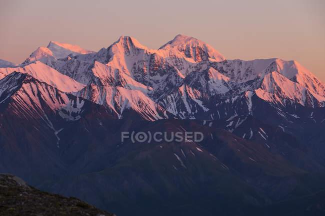 Sonnenaufgang Alpenglow auf der östlichen alaska-Kette, einschließlich Mount shand, Mcginnis peak und Mount moffit. ; alaska, vereinigte staaten von amerika — Stockfoto