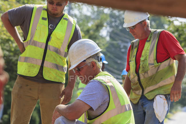 Constructions workers inspecting project — Stock Photo