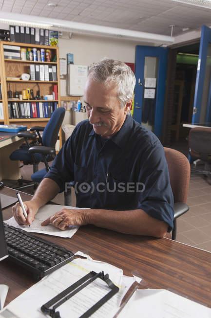 Ingegnere che registra i dati presso il centro di controllo lavori pubblici — Foto stock