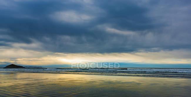 Langer Strand und Müllverbrennungsfelsen auf der Vancouver-Insel bei Sonnenuntergang, Nationalpark-Reservat am Pazifischen Rand; britische Kolumbia, Kanada — Stockfoto