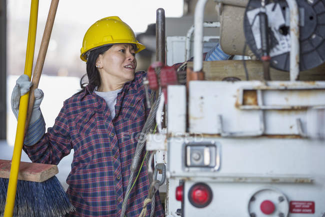 Female power engineer putting tools into a bucket truck — Stock Photo