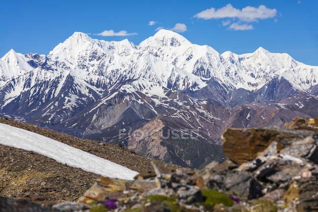 Vista panorâmica de cobertas de montanhas de neve no Alaska Range; Alaska, Estados Unidos da América — Fotografia de Stock