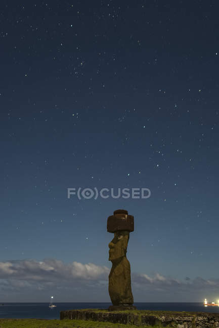 A single moai at night against a starry sky; Easter Island, Chile — Stock Photo