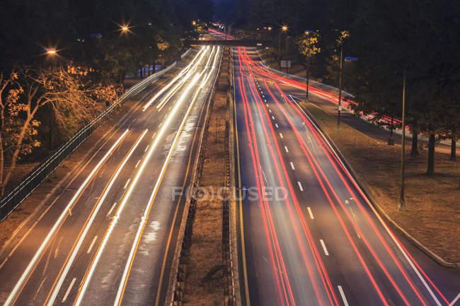 Storrow Drive con luces de coche al amanecer en Boston, Massachusetts, EE.UU. - foto de stock