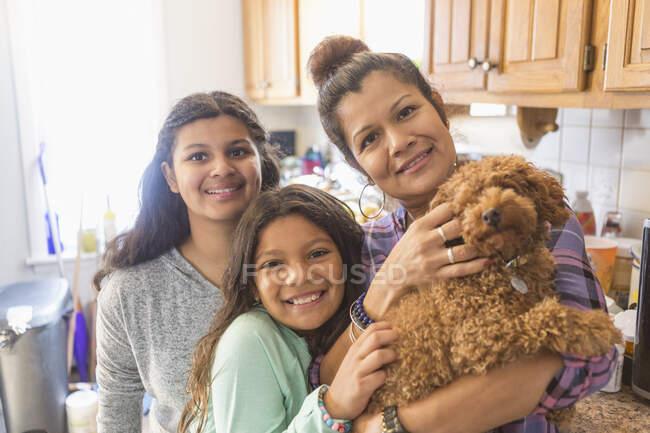 Подросток с аутизмом и ее семья дома — стоковое фото