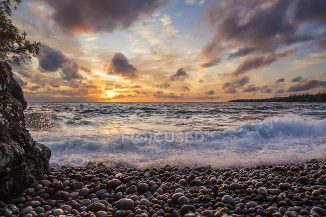 Surf se lave sur le rivage comme le coucher du soleil sur le lac Supérieur ; Ontario, Canada — Photo de stock