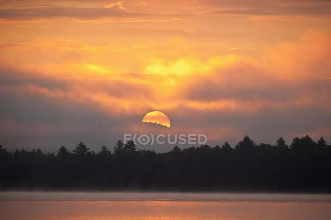 Coucher de soleil et brouillard sur le lac Umbagog, New Hampshire, États-Unis — Photo de stock