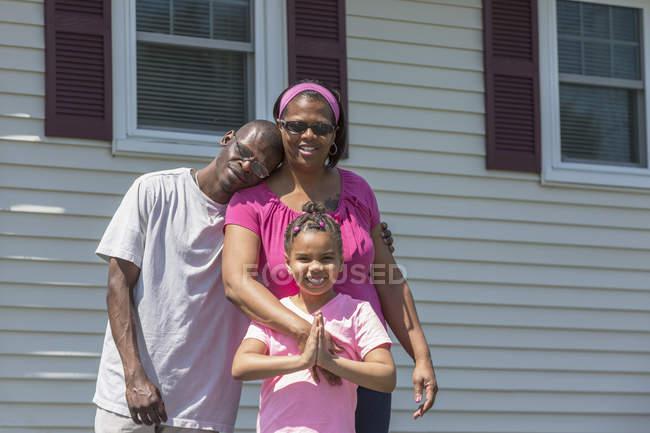 Uomo con sindrome di Williams e la sua famiglia — Foto stock