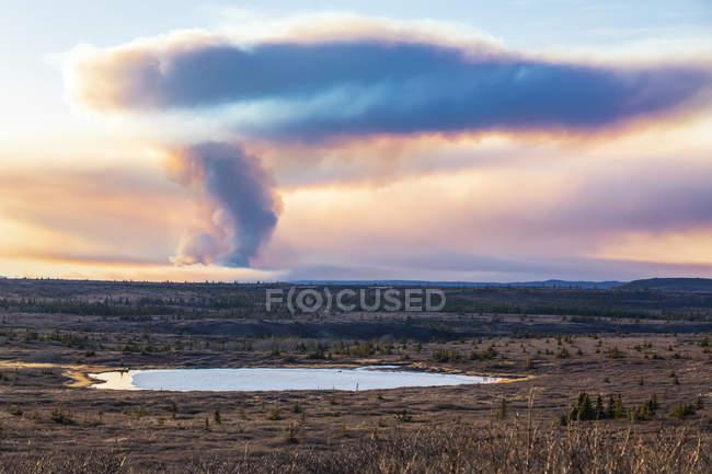 Eine Rauchfahne von den oregonischen Seen steigt 2019 in der Nähe der Delta-Kreuzung hoch in den Himmel; alaska, vereinigte Staaten von Amerika — Stockfoto