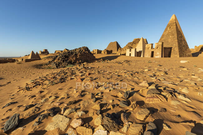Pyramids in the Northern Cemetery at Begarawiyah, containing 41 royal pyramids of the monarchs who ruled the Kingdom of Kush between 250 BCE and 320 CE; Meroe, Northern State, Sudan — Stock Photo