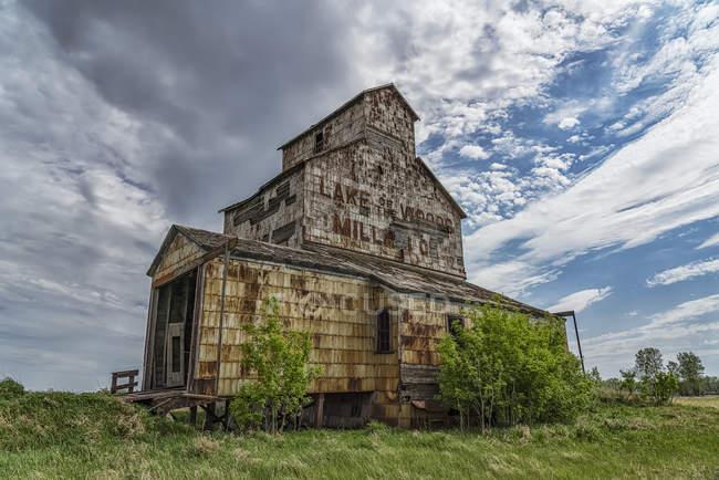 Elevatore di grano alterato sulle praterie; Elva, Manitoba, Canada — Foto stock