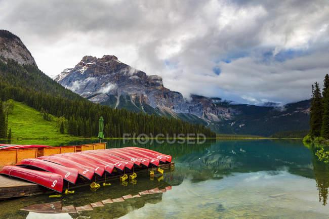 Сценічний вигляд озера Емеральд і природного мосту, національний парк Йохо; Британська Колумбія, Канада — стокове фото