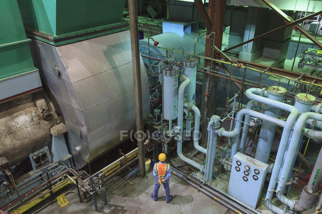 Engineer in gas turbine electric power plant exhaust gas and condensation process room — Fotografia de Stock