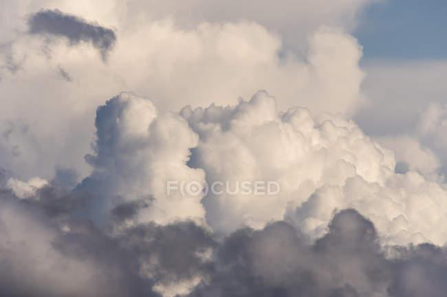 Des nuages omineux commencent à se former au-dessus de la côte de l'Oregon ; Cannon Beach, Oregon, États-Unis d'Amérique — Photo de stock