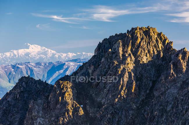 Sommet de Pioneer Peak avec Denali en arrière-plan, Chugach Mountains ; Alaska, États-Unis d'Amérique — Photo de stock