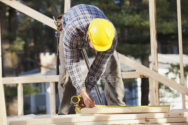 Вимірювальні дошки для будівництва домів. — стокове фото