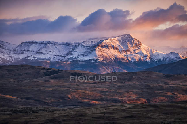 Гори, що оточують національний парк Торрес - дель - Пейн у південній частині Чилі, взяті тут на світанку; Торрес - дель - Пейн (Чилі). — стокове фото