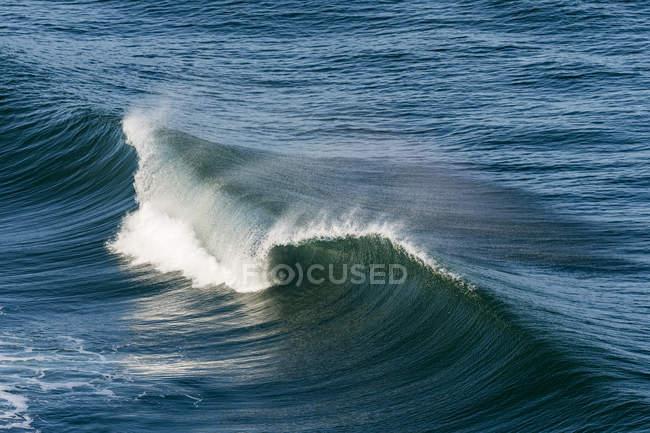 Malerischer Blick auf riesige schäumende Welle im Ozean — Stockfoto