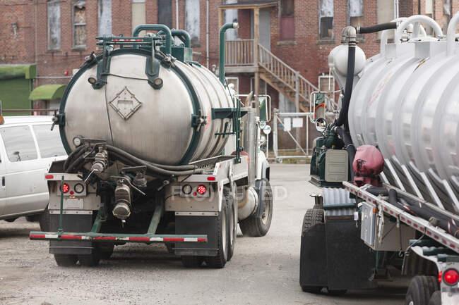 Deux camions-citernes pour le ramassage des déchets toxiques — Photo de stock