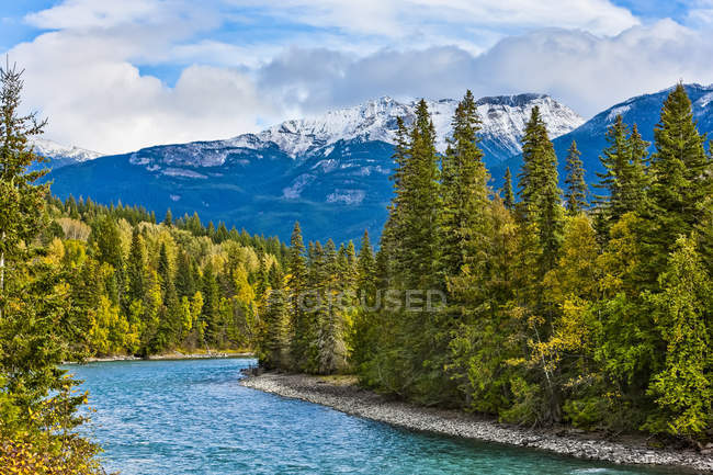 Río Fraser que fluye a través de las montañas rocosas canadienses; Columbia Británica, Canadá - foto de stock