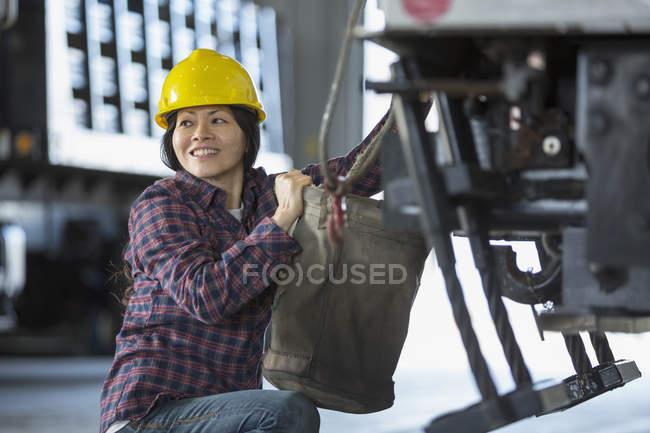 Power-Ingenieurin befestigt Planeneimer an Gerätewagen — Stockfoto