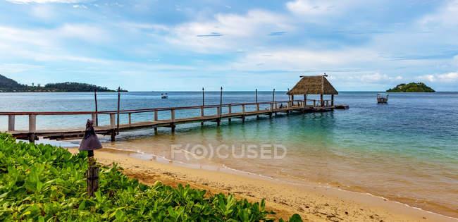 Pier en Malolo Island al amanecer en el Océano Pacífico Sur; Malolo Island, Fiyi. - foto de stock