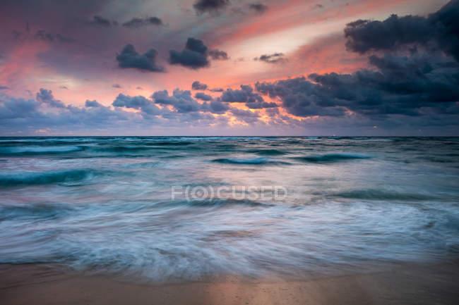 Vista panorámica del fascinante paisaje en la playa de Kapaa, Kauai, Hawaii, Estados Unidos de América - foto de stock