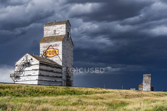 Elevatore a grano alterato sulle praterie; Saskatchewan, Canada — Foto stock