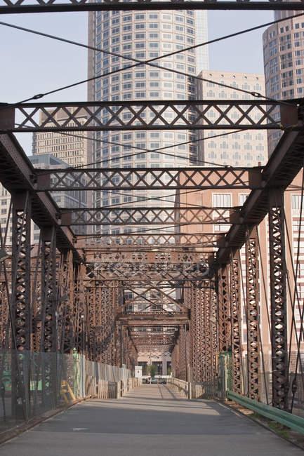 Puente de acero en una ciudad, puente Northern Avenue, canal Fort Point, Boston, Massachusetts, Usa. - foto de stock
