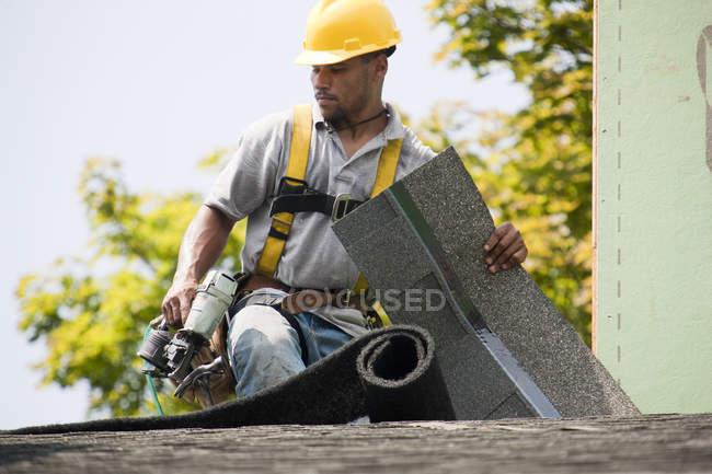 Dachdecker arbeitet an neuer Dachschindel — Stockfoto