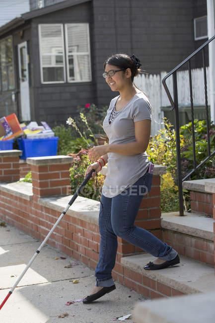 Женщина с нарушением зрения с помощью трости — стоковое фото