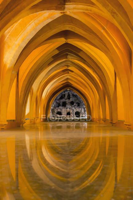 Goldenes Interieur der königlichen Alcazare von Sevilla; Sevilla, Andalusien, Spanien — Stockfoto