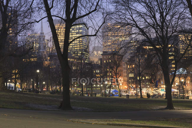 Boston Common and Park Street Church and Tremont Street on New Year Eve, Boston, Massachusetts, Usa — Photo de stock