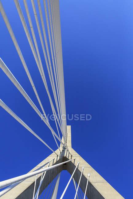 Detalhe do cabeamento e da torre na ponte, Leonard P. Zakim Bunker Hill Memorial Bridge, Boston, Massachusetts, EUA — Fotografia de Stock